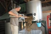 Denis en train de vider la cuve filtre (les drêches sont partis dans la ferme bio du village)