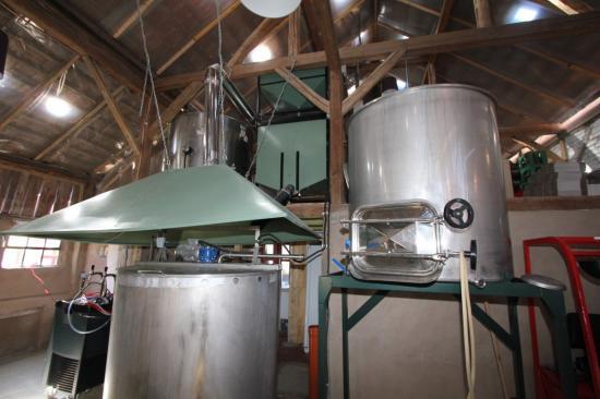Les 3 cuves de production (de gauche à droite: eau chaude, moulin à malt, filtre à malt et la cuve d'empâtage)