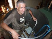 Denis en train de nettoyer une des cuve (chaud...)